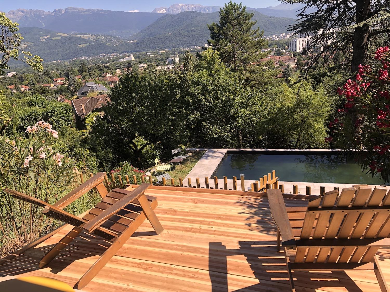 Terrasse privative vue piscine et jardin